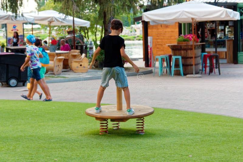 Верона, Италия 18-ое августа 2018: Парк атракционов Leoland привлекательности игры ` s детей малые стоковые фотографии rf