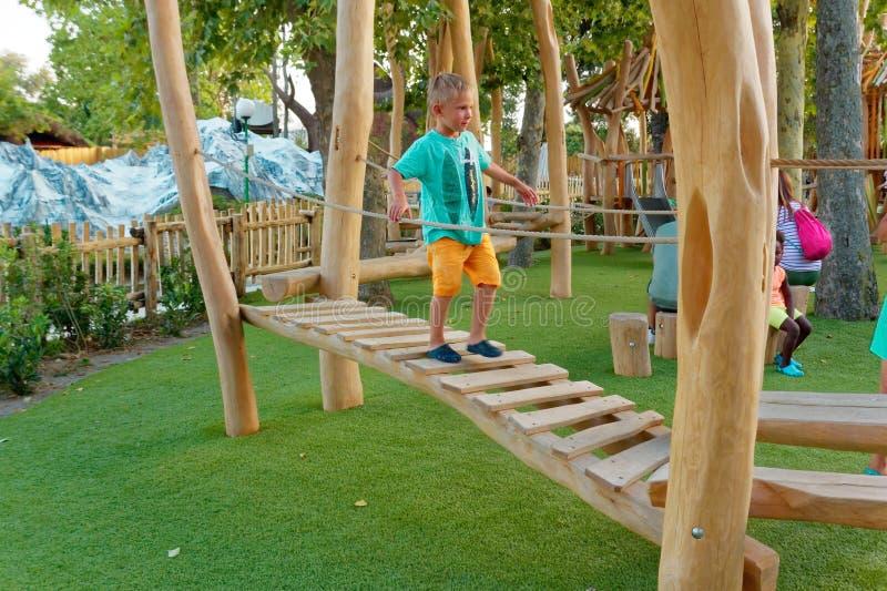 Верона, Италия 18-ое августа 2018: Парк атракционов Leoland спортивная площадка ` s детей сделанная из древесины стоковые фото