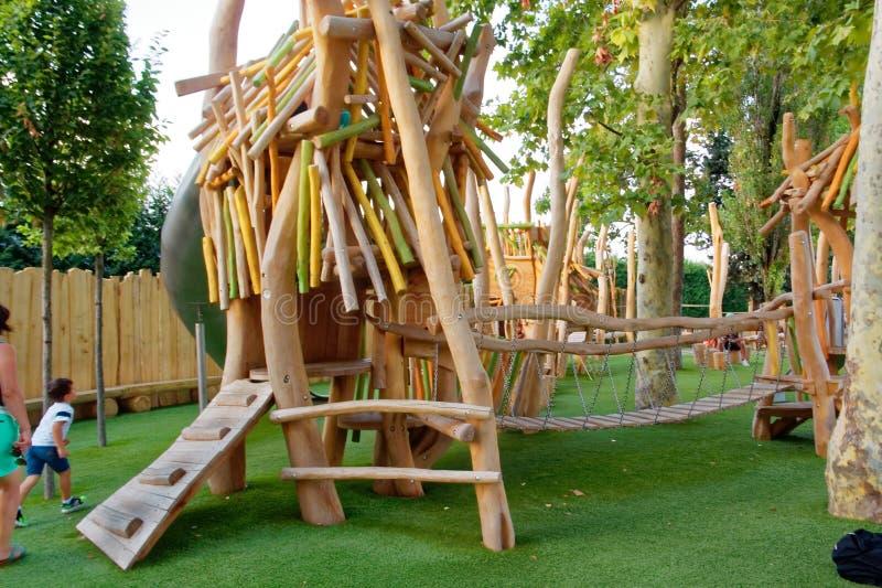 Верона, Италия 18-ое августа 2018: Парк атракционов Leoland спортивная площадка ` s детей сделанная из древесины стоковое изображение rf