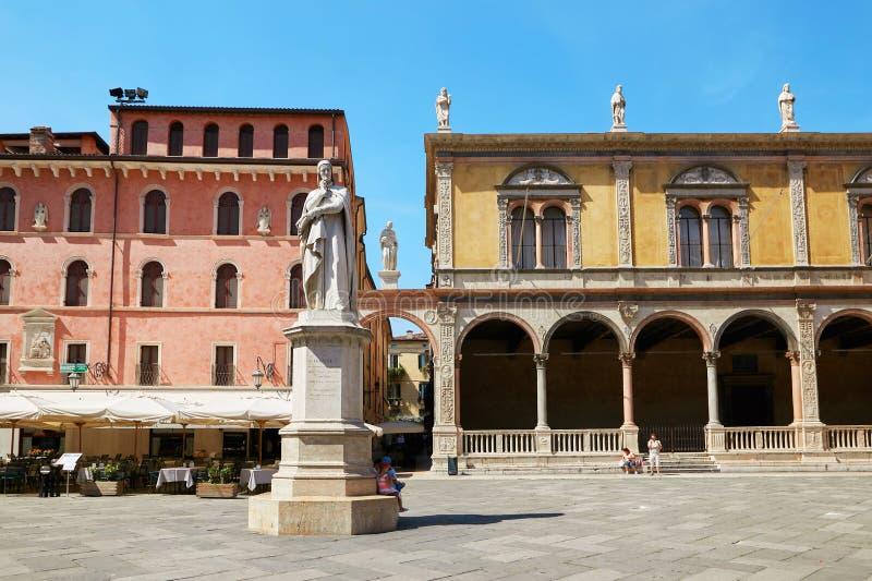 ВЕРОНА, ИТАЛИЯ - 17-ОЕ АВГУСТА 2017: Signori dei аркады Вероны с статуей Dante стоковые изображения rf