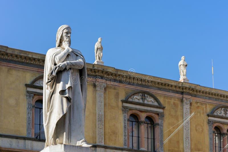 ВЕРОНА, ИТАЛИЯ - 24-ОЕ МАРТА: Памятник к Dante в Площади del Signor стоковые изображения