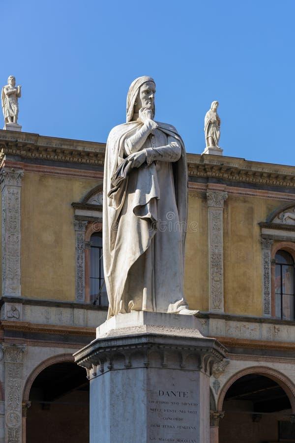 ВЕРОНА, ИТАЛИЯ - 24-ОЕ МАРТА: Памятник к Dante в Площади del Signor стоковые изображения rf