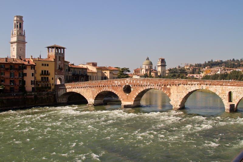 Верона, мост Ponte Pietra стоковые фотографии rf