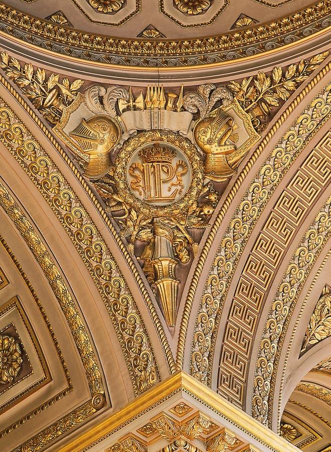 Версаль, Франция - 10-ое августа 2014: Богато украшенный потолок золота на дворце Версаль стоковая фотография rf