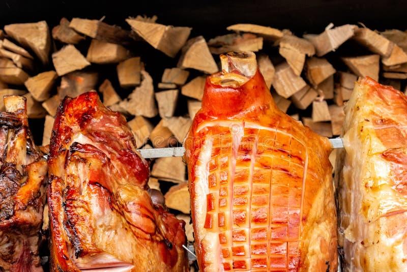 Вертел для варить хвостовик жаркого в Праге на солнечный день большая часть мяса Национальная кухня стоковая фотография