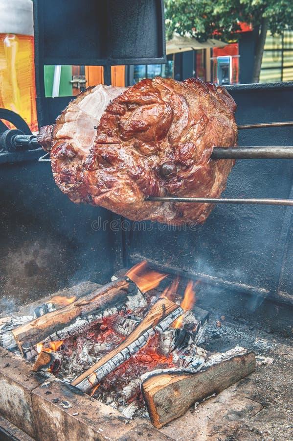 Вертел для варить хвостовик жаркого в Праге на солнечный день Национальная кухня Еда улицы стоковая фотография rf