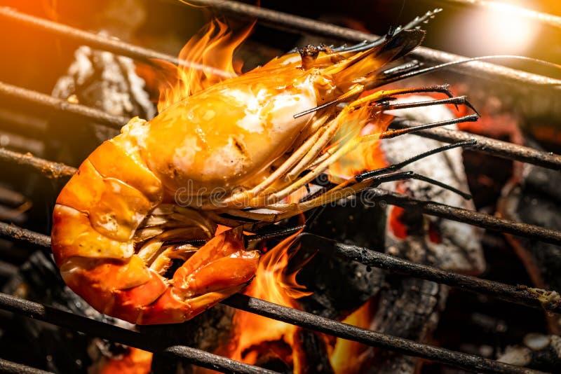 Вертел креветки селективного фокуса очень вкусный на гриле с пламенами в bac стоковое фото rf