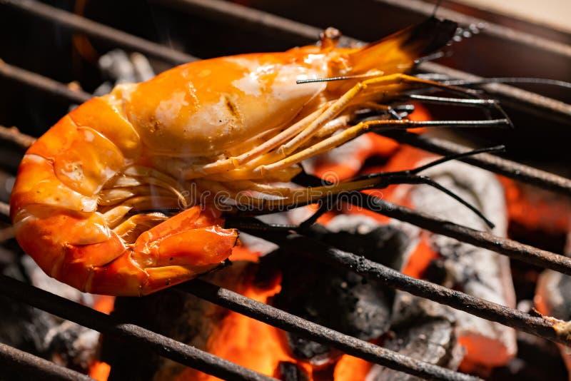 Вертел креветки селективного фокуса очень вкусный на гриле с пламенами в bac стоковое изображение