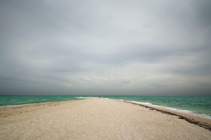 Вертел песка в море на overcast стоковое изображение rf