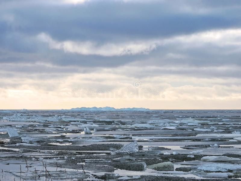 Вертел Curonian в льде зимы, Литве стоковая фотография