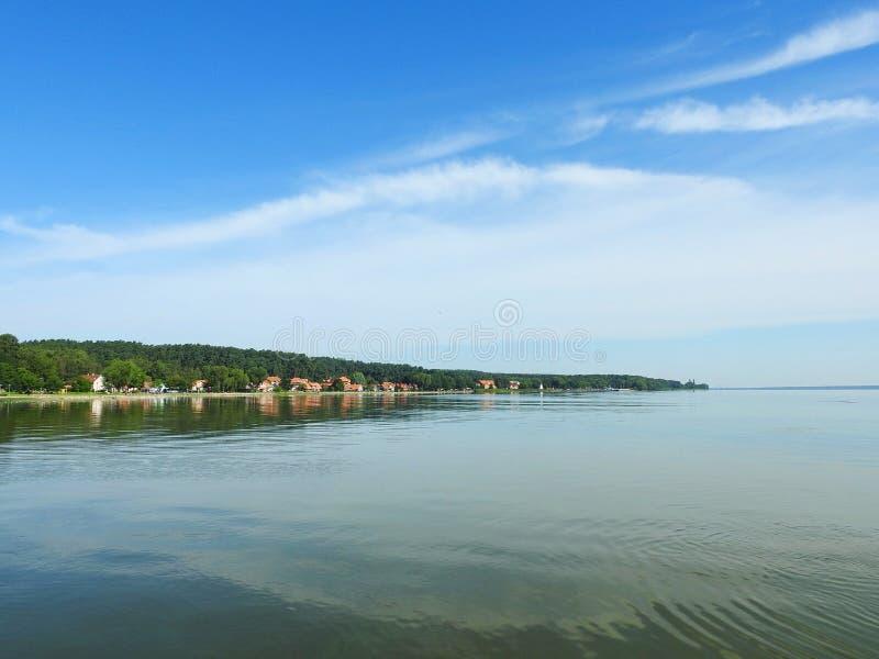 Вертел Curonian и городок Juodkrante, Литва стоковое изображение rf