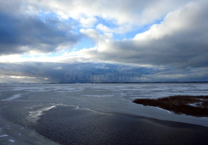 Вертел Curonian и облачное небо в зиме, Литва стоковое фото rf