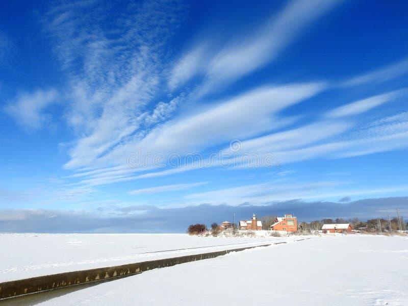 Вертел Curonian, маяк и красивое облачное небо, Литва стоковое изображение