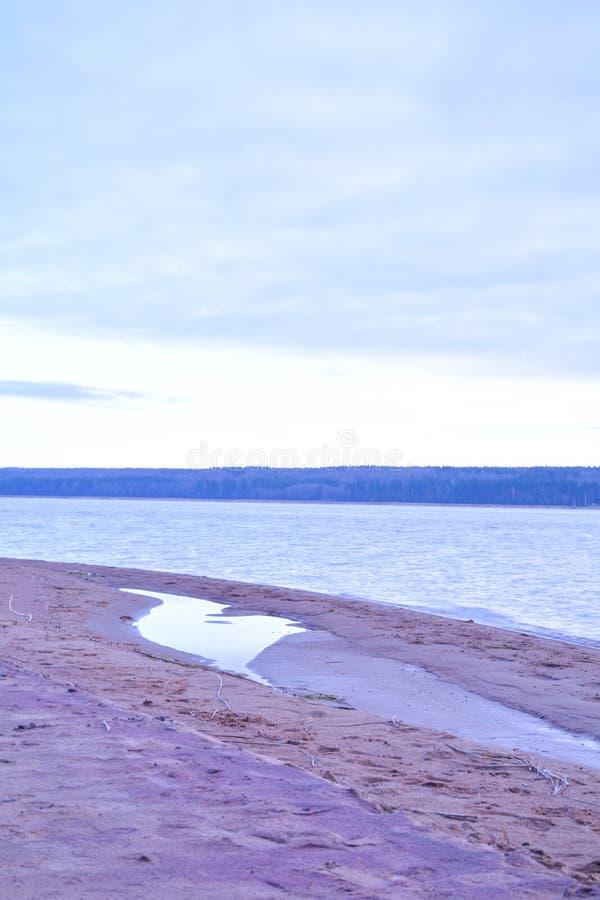 Вертел Sandy на береге большого озера стоковое изображение