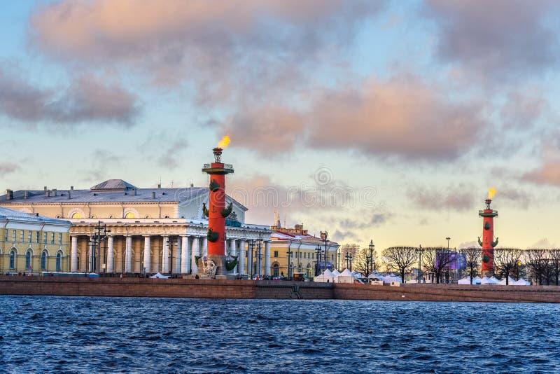 Вертел Strelka острова Vasilyevsky с Rostral столбцами святой petersburg России моста okhtinsky стоковая фотография