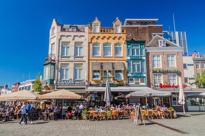ВЕРТЕП BOSCH, НИДЕРЛАНД - 30-ОЕ АВГУСТА 2016: Исторические дома и под открытым небом рестораны в вертепе Bosch, Netherlan стоковое изображение rf
