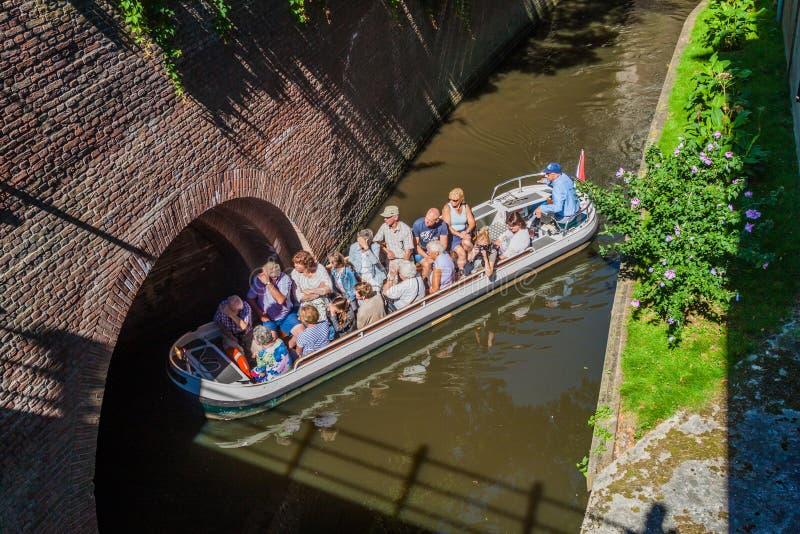 ВЕРТЕП BOSCH, НИДЕРЛАНД - 30-ОЕ АВГУСТА 2016: Туристская шлюпка на канале в вертепе Bosch, Netherlan стоковое изображение