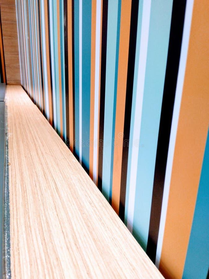 Вертикальная линия и похожий на древесин дизайн отделки стен стоковые изображения