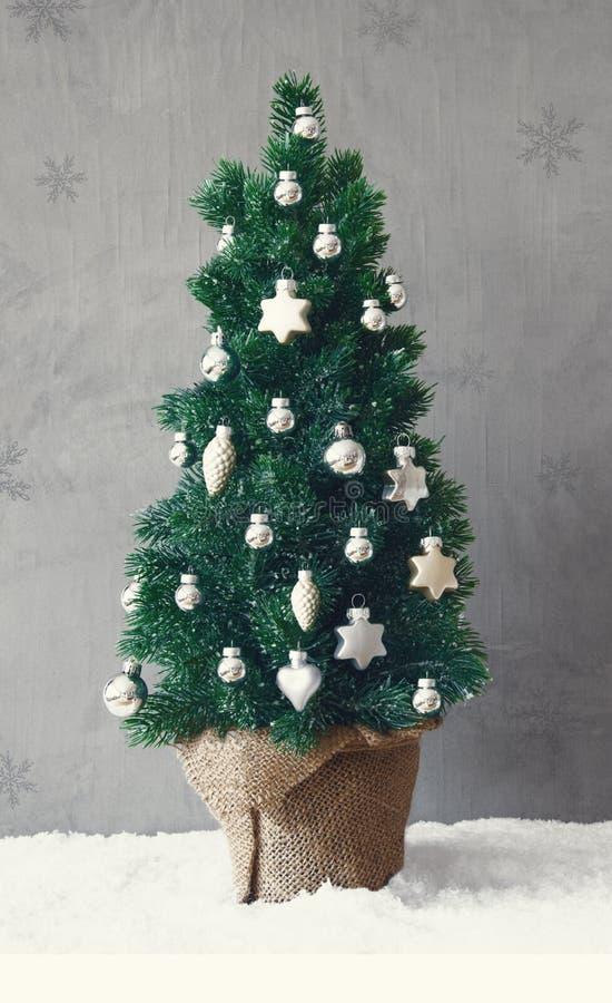 Вертикальное дерево, снег, серебряный орнамент шарика рождества стоковая фотография rf