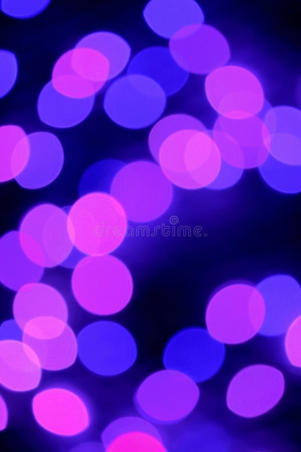 Вертикальное изображение абстрактного запачканных загоренных пурпура и пинка украшающ свет стоковое изображение