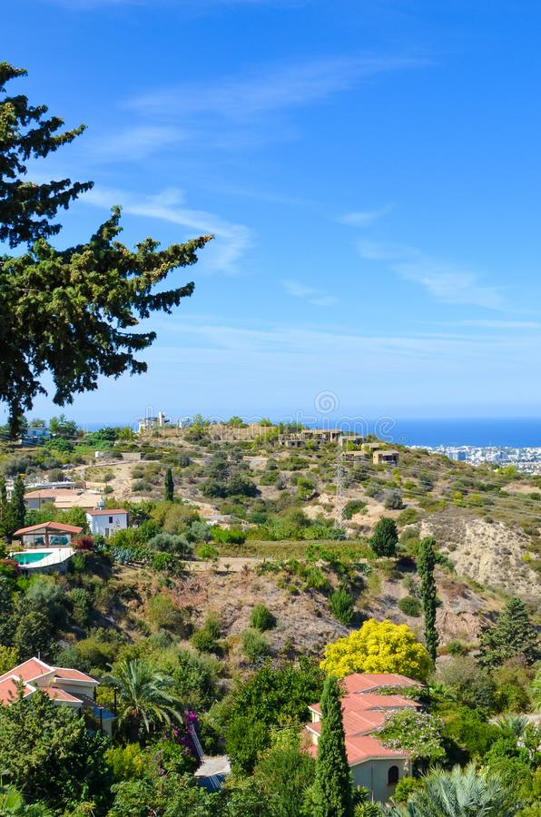 Вертикальное изображение изумлять прибрежный ландшафт в регионе Kyrenia, северном Кипре Сельские дома окруженные зелеными деревья стоковые изображения