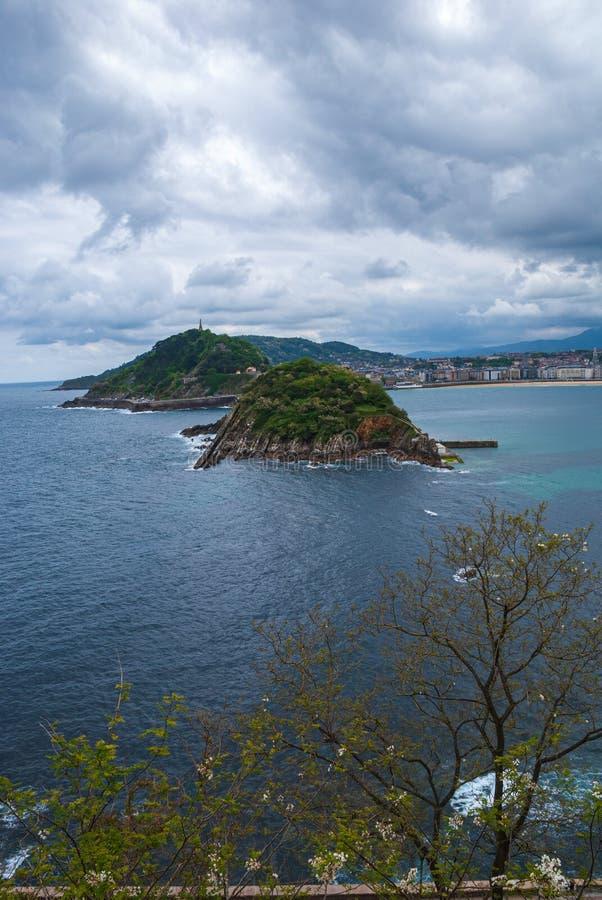 Вертикальный взгляд сверху ландшафта побережья от держателя Igueldo в San Sebastian, Баскониях, Испании, Европе стоковые изображения rf