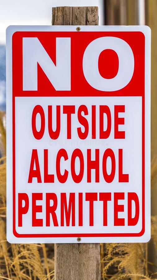 Вертикальный конец вверх по взгляду столба знака который не читает никакой внешний позволенный алкоголь стоковое фото rf