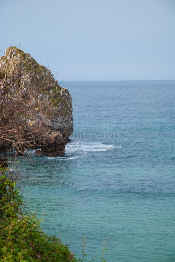 Вертикальный ландшафт побережья с утесом karst стоковое фото