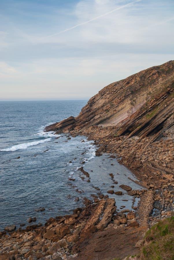 Вертикальный ландшафт скалистого побережья стоковые изображения rf