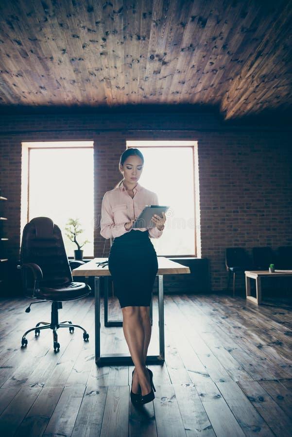 Вертикальный полнометражный взгляд размера тела ее она директор сбытовика специалисту по славной привлекательной занятой дамы вер стоковое фото rf