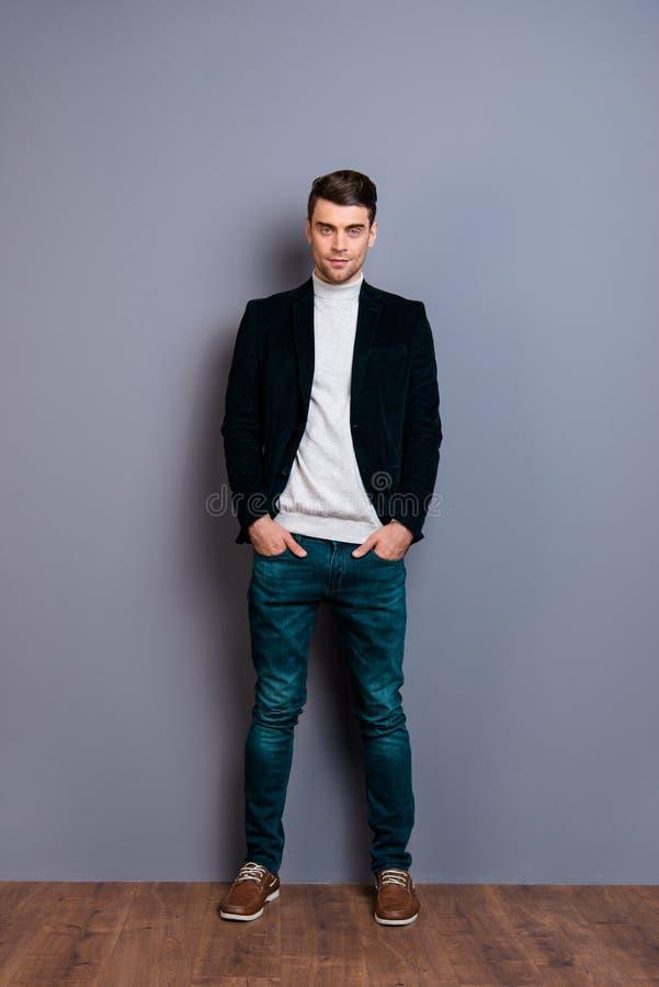 Вертикальный портрет взгляда его он свитер блейзера вельвета славного крутого красивого привлекательного беспристрастного парня н стоковые фото