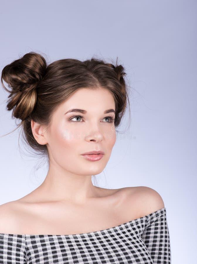 Вертикальный портрет красивой модели женщины с свежим ежедневным составом и милым волнистым стилем причёсок стоковые фотографии rf