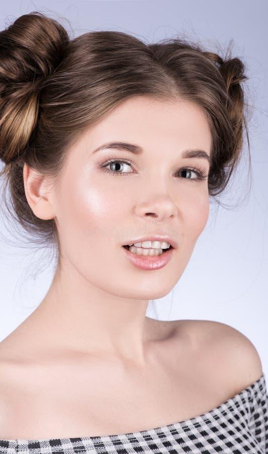 Вертикальный портрет милой модели женщины с свежим ежедневным составом и милого волнистого стиля причёсок стоковое изображение