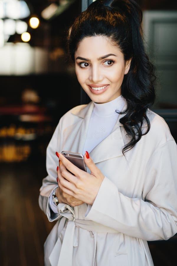 Вертикальный портрет симпатичной женщины брюнет в стильных одеждах ha стоковые фотографии rf