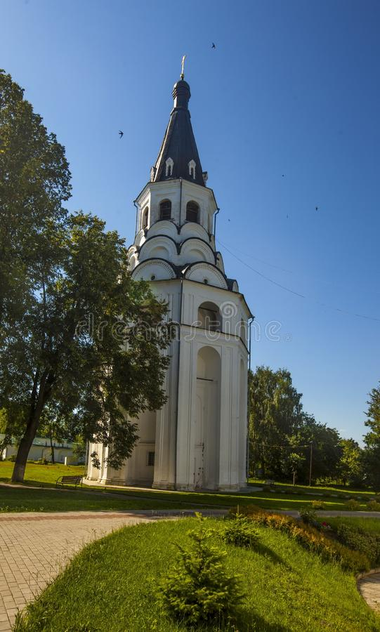 Вертикальный снимок маленькой церкви с голубым куполом в Александрове, Россия стоковая фотография