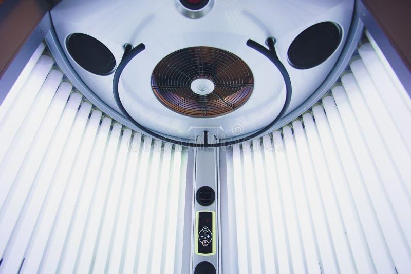 Вертикальный Tanning Turbo Solarium Light Machine с яркими синими световыми ультрафиол стоковая фотография rf