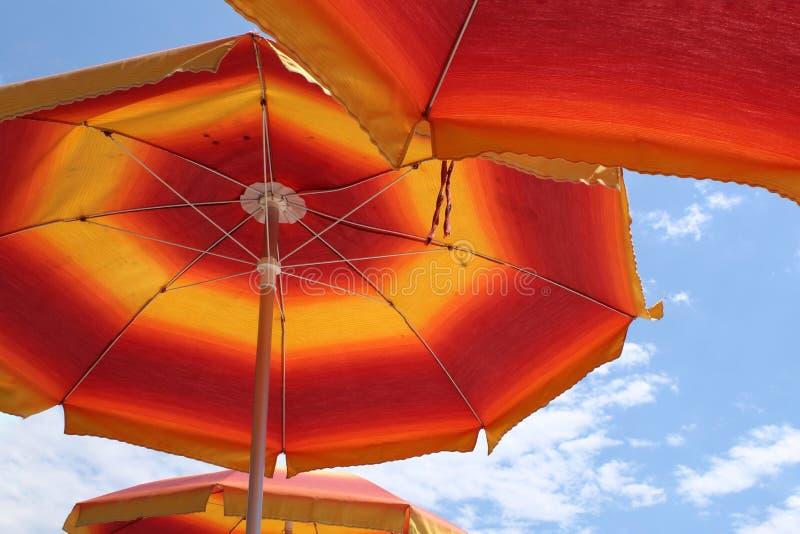 вертикаль зонтика солнца съемки поля глубины отмелая очень стоковая фотография
