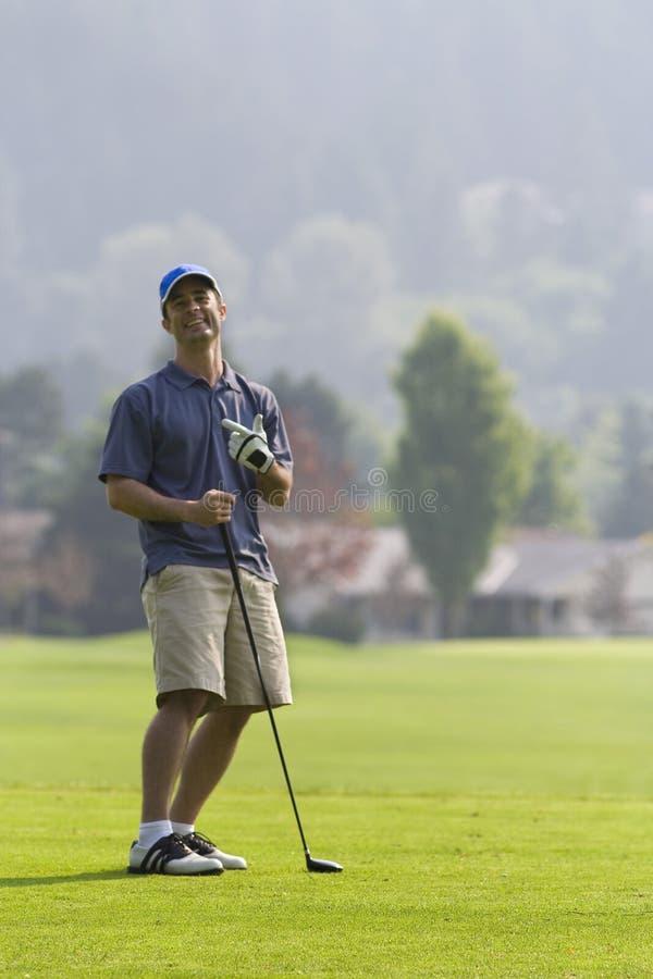 вертикаль игрока в гольф гольфа курса смеясь над стоковые фотографии rf