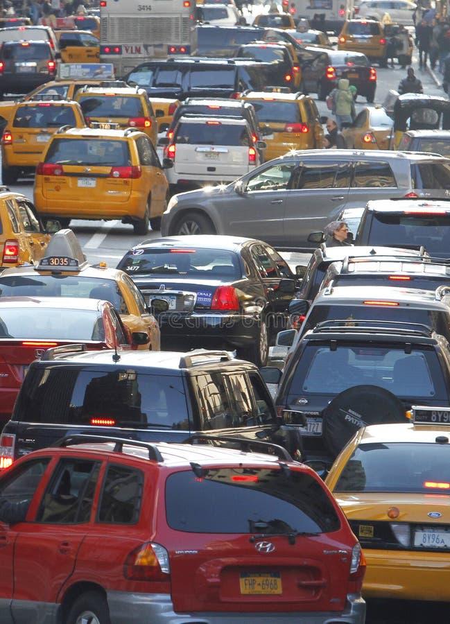 Вертикаль плотного движения улицы Нью-Йорка 33th стоковые изображения rf