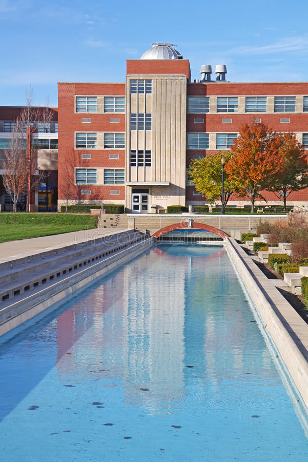 вертикаль университета кампуса здания стоковые фото