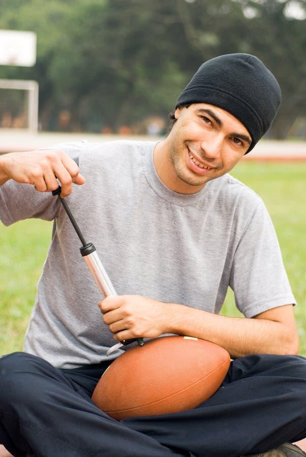 вертикаль человека футбола воздуха нагнетая стоковое фото rf