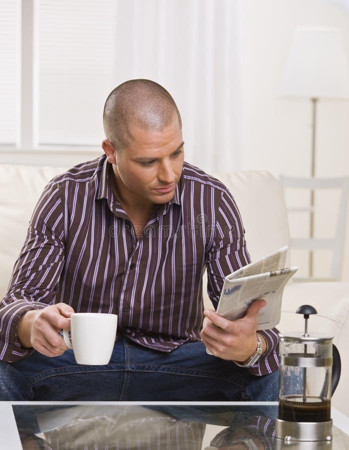 вертикаль чтения человека бумажная стоковая фотография