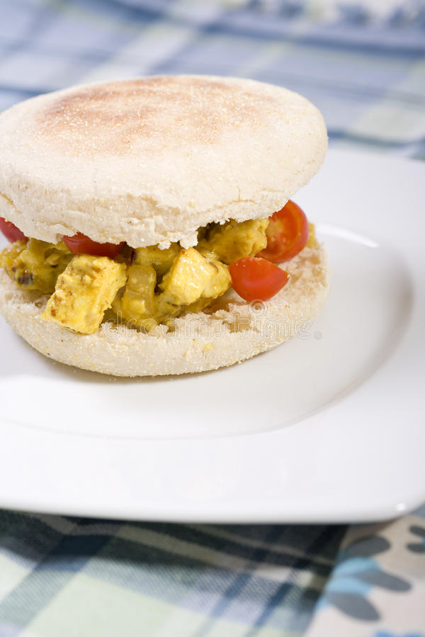 вертикаль vegan tofu сандвича салата стоковые фотографии rf