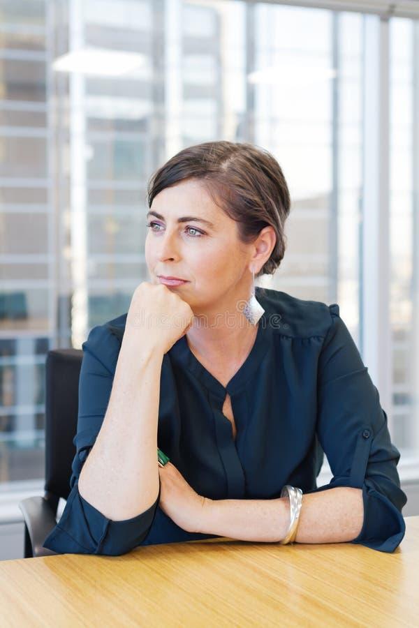 Вертикальная бизнес-леди в городском управлении с зданиями в backgro стоковое изображение rf