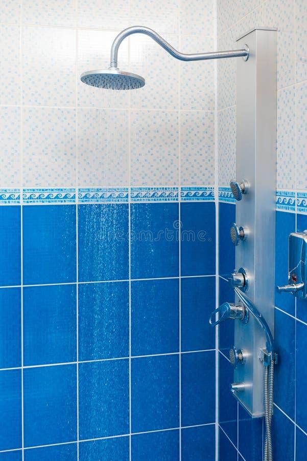 Вертикальная съемка комнаты для принимать ливень стоковое фото rf