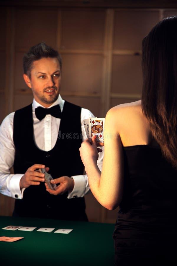 Вертикальное фото людей играя покер стоковое изображение