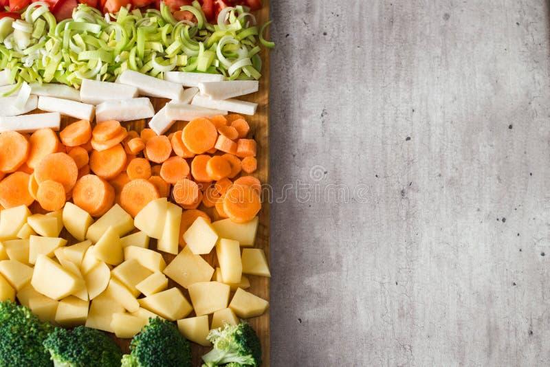 Вертикальный взгляд отрезанных овощей Скопируйте космос на серой каменной предпосылке стоковое фото rf