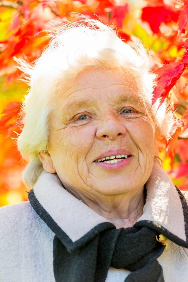 Вертикальный портрет пожилой женщины стоковое изображение rf