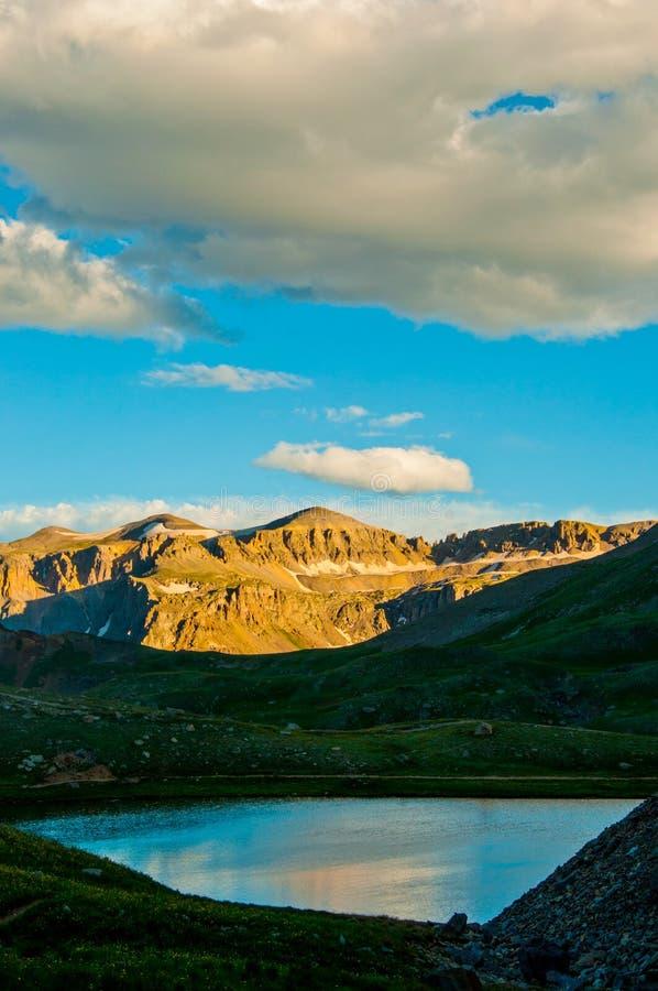 Вертикаль захода солнца высокогорного отражения озера Колорадо пасмурная стоковые изображения rf