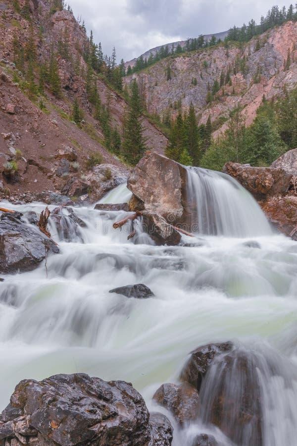 вертикаль реки панорамы горы 3 изображений hdr Быстрая вода потока также стоковое фото rf